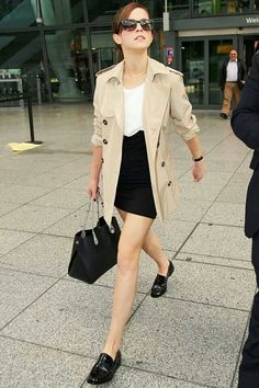 Celebrity Street Style Picture Description Emma Watson is impeccable. Loafers and a trench coat are your best friends in the entire world, and they will Casual Styles, Elegant Styles, Mode Style, Style Me, Trendy Style, Emma Watson Red Carpet, Trench Beige, Trench Coats, Emma Watson Style