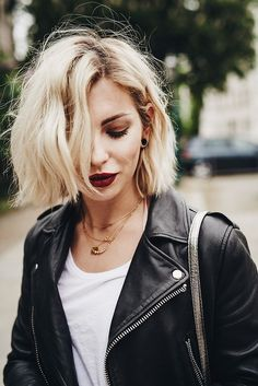 Popular Short Blonde Hair 2018 - Blonde hair is still one of top hairstyles that ladies look up. Every year there is always a new trend for blonde haircuts, including the short one. Hair Day, New Hair, Wavy Hair, Choppy Hair, Edgy Blonde Hair, White Blonde Bob, Ash Blonde, Blonde Brunette, Blue Hair