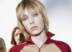 Le look beauté frivole du défilé Chloé printemps-été 2016 à la Fashion Week de Paris backstage maquillage coiffure Eddie Campbell blonde coupe garçonne cheveux courts