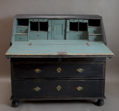 Oh so delicious 18th century (1760s) Swedish bureau. Graphite and maybe pale Provence or possibly Duck Egg or Louis Blue inside...see the black isn't BLACK but a dark graphite ( charcoal) colour ;-)