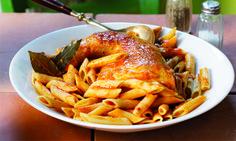 Ένα πιάτο που βρίσκει πάντα γενική αποδοχή όλες τις μέρες και τις εποχές του χρόνου στο τραπέζι. Εμείς προτείνουμε να το φτιάξετε με πένες αντί για το χοντρό μακαρόνι που φτιάχνεται παραδοσιακά η παστιτσάδα και να τη σερβίρετε στο κυριακάτικο τραπέζι σας.