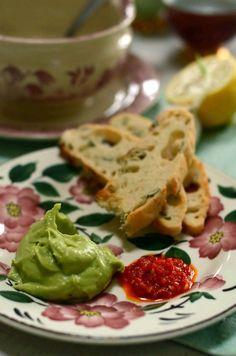 Måske står du netop nu og trænger til en omgang guacamole – lækker cremet i en spæd sartgrøn farve. Da får du lige her en opskrift på nok verdens bedste udgave. Hvorfor nøjes med mindre &#821…