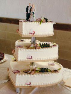Tabler Torten. Feine sahnige Hochzeits-Torte mit Marzipan-Blumen.