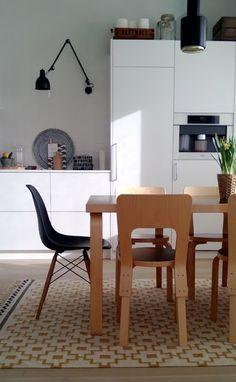 moderni puutalo: Vähemmän harmaata Dining Area, Kitchen Dining, Dining Chairs, Kitchen Interior, Interior And Exterior, Interior Design Trends, Beautiful Homes, New Homes, Room