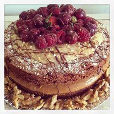Bolo pelado. Naked Cake de chocolate com recheio de doce de leite e brigadeiro de nozes com muitas frutas vermelhas no topo. Irresistível!