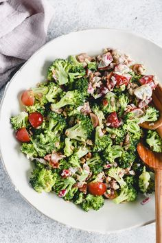 This simple and healthy broccoli salad will give you a colorful and nutritious dish in just 15 minutes. It makes a filling lunch or an impressive dinner side dish. Healthy Salad Recipes, Lunch Recipes, Paleo Recipes, Dinner Recipes, Healthy Foods, Free Recipes, Healthy Eating, Easy Broccoli Salad, Broccoli Recipes