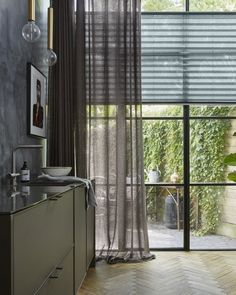 2019 Window Treatment Trends Considering windows form a central part of your home and office design and can frame your view outside or enhance your Types Of Curtains, Curtains With Blinds, Curtain Types, House Blinds, Blinds For Windows, Window Blinds, Vertical Blinds Cover, Store Lamelle, Interior Windows