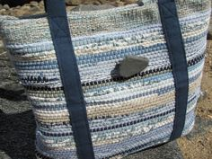 Kleine blaue Handtasche, Sommer Womens Geldbörse, Coastal Nautical Handtasche, Sand & Sea Beach Cottage Umhängetasche Eco Upcycled Recycled Woven Tote – Leila Asikainen – Join in the world of pin Weaving Textiles, Weaving Patterns, Tapestry Weaving, Loom Weaving, Hand Weaving, Pillos, Weaving Projects, Recycled Fashion, Recycled Fabric