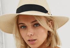 Interested in knowing what summer hats are going to be on trend for this summer? We've compiled a list of the top ten summer hats that you can rock at the beach! All White Sneakers, Cute Sneakers, Best Sneakers, Preppy Outfits, Edgy Outfits, Travel Outfits, Spring 2018 Fashion Trends, Best Fake Eyelashes, Floppy Hats