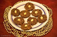 Fursecuri raw de Craciun cu seminte si ciocolata | Ligia Pop Energy Bars, Granola, Gingerbread Cookies, Vegetarian, Sweets, Breakfast, Party, Desserts, Recipes