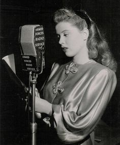 Gloria DeHaven, AFRS broadcast Old Hollywood Actresses, Old Hollywood Stars, Vintage Hollywood, 1940s Hairstyles, Wedding Hairstyles, High Bun Hair, Hair Buns, Regard Intense, Gloria Dehaven