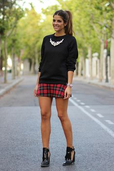 Tartan skirt, loose sweater, statement necklace and booties. Obsessed with those boots-- LOVE the outfit! Tartan Skirt Outfit, Plaid Skirts, Skirt Outfits, Casual Outfits, Plaid Fashion, Look Fashion, Autumn Fashion, Fashion Outfits, Skirt Fashion