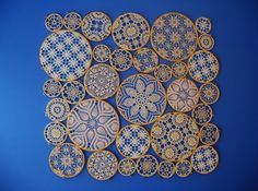 Embroidery Hoop Art - Either make doilies yourself or fill hoop with laces. Doilies Crafts, Lace Doilies, Crochet Doilies, Framed Doilies, Diy Projects To Try, Crochet Projects, Doily Art, Chic Bridal Showers, Creation Deco