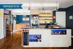 A bancada define o desenho da entrada do apê e tem espaço para adega, bar e até uma pequena biblioteca