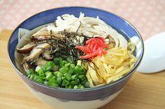 Keihan (鶏飯) ist eine lokale Spezialität von den Amami Inseln (Präfektur Kagoshima). Es ist eine Reissuppe mit Huhn, Omelettestreifen, Shiitake u.a. Zutaten.
