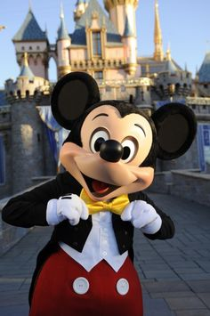 Mickey Mouse looking good at Disneyland Walt Disney, Disney Love, Disney Magic, Disney Parks, Minnie Mouse, Mickey Mouse And Friends, Disney Mickey Mouse, Parc Disneyland, Disney World Characters