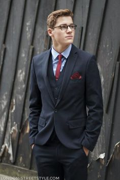 Jack Harries, is it just me or does he look a bit like Clark Kent here? You can be my superman jack ;)<------ that kills me. Finn Harries, Logan Lerman, Cameron Dallas, Evan Peters, Mens Fashion Suits, Mens Suits, Suit Men, Attractive Guys, Wearing Glasses