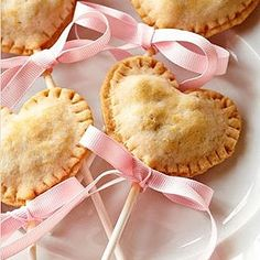 heart shaped pie pops with pink ribbons Valentines Day Treats, Holiday Treats, Holiday Recipes, Holiday Desserts, Valentine Gifts, Pie Pops, Snacks Für Party, Food Gifts, Sweet Tooth