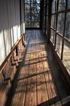 Hallway with windows, windows with dark panes, large plank wood floor *Idea for entry of future house* Interior Exterior, Interior Architecture, Interior Design, Vintage Architecture, Interior Livingroom, Japanese Architecture, House In The Woods, My House, House In Nature
