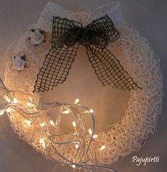 Valkoisesta paperinarusta neulottu Christmas Crafts, Merry Christmas, Door Wreaths, Seasonal Decor, Diy And Crafts, Burlap, Crochet Necklace, Seasons, Ornaments