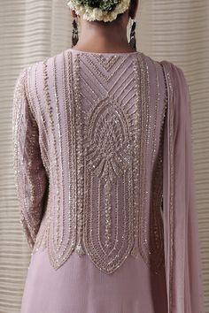 Pakistani Formal Dresses, Pakistani Fashion Casual, Arab Fashion, Indian Fashion Dresses, Pakistani Dress Design, Indian Designer Outfits, Indian Outfits, Designer Dresses, Dress Neck Designs