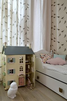 Le Toy Van dollhouse, Le Toy Van Cherry Tree Hall, Maileg, kid's room, wallpaper with birds, white girl's bed, Louise Body Garden Birds wallpaper