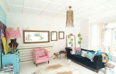 Alegre y colorido vintage. Salón sofá de terciopelo negro butaca rosa y aparador azul turquesa 470x299 Alegre y colorido vintage