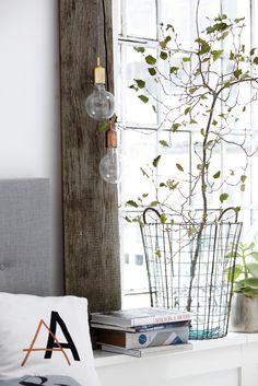 Sfeervol hoekje met accessoires en kussensloop met letters | Cozy corner with accessories and pillow with letters | House Doctor