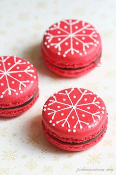 Dollhouse Miniatures, Miniature Food Jewelry, Craft Classes: Christmas Macarons and life updates Xmas Cookies, Christmas Cupcakes, Christmas Sweets, Noel Christmas, Christmas Goodies, Macarons, Macaroons Flavors, Holiday Baking, Christmas Baking