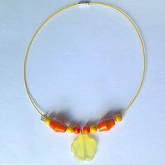 Collana girocollo gialla con perline di legno arancioni e gialle e ciondolo a fiore satinato, fatta a mano, by La piccola bottega della Creatività, 7,90 € su misshobby.com