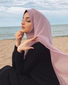 Image may contain: one or more people, people sitting, ocean, outdoor and closeup Niqab Fashion, Modern Hijab Fashion, Hijab Fashion Inspiration, Muslim Fashion, Style Inspiration, Stylish Hijab, Hijab Chic, Arab Girls Hijab, Muslim Girls