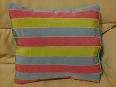 Cuscino azzurro, verde e rosa