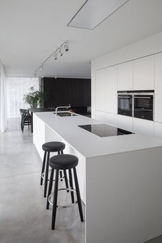 Love looking for great white kitchen decorating ideas? Check out these gallery of white kitchen ideas. Tag: White Kitchen Cabinets, Scandinavian, Small White Kitchen with Island, White Kitchen White Witchen Countertops Modern Kitchen Cabinets, Kitchen Cabinet Design, Rustic Kitchen, Interior Design Kitchen, Diy Kitchen, Kitchen Furniture, Kitchen Layout, Diy Interior, Wood Furniture