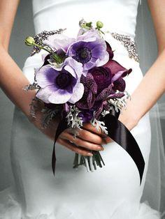 大人モードのパープルブーケ 落ち着いた気品を漂わせる花弁のくっきりとしたパープルの花々に、グレイッシュなダスティミラーを合わせて。
