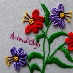 Cómo Bordar Flores en Puntada Barra de Ojal In this tutorial I show you how to embroider flowers in buttonhole Diy Embroidery Patterns, Basic Embroidery Stitches, Hand Embroidery Videos, Embroidery Stitches Tutorial, Hand Work Embroidery, Embroidery Flowers Pattern, Creative Embroidery, Simple Embroidery, Learn Embroidery