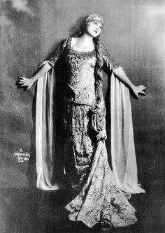 """On the 22th of January 1897 ROSA PONSELLE was born in Meriden (Connecticut).  She is unanymously seen as the most ideal dramatic soprano.  """" I think we all know that Ponselle was simply the greatest singer of us all ! """" dixit Maria Callas."""