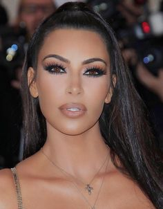 "The Most Heavenly Beauty Looks at the 2018 Met Gala Inspired by supermodels, makeup artist Mario Dedivanovic created a bronzed, smoky-eyed look with a nude lip on the KKW Beauty creator. ""I was going for glam, Versace,"" Kim told Vogue on the red Khloe Kardashian, Kardashian Kollection, Kim Kardashian Wedding, Kim Kardashian Makeup Looks, Celebrity Makeup Looks, Blake Lively, Kim K Makeup, Hair Makeup, Makeup Inspo"