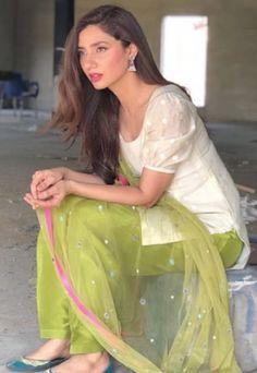 Mahira khan Simple Pakistani Dresses, Pakistani Fashion Casual, Indian Fashion Dresses, Dress Indian Style, Pakistani Dress Design, Indian Designer Outfits, Pakistani Bridal, Pakistani Outfits, Designer Dresses