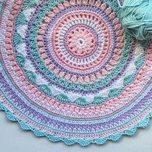 Tapete em crochê com cores em tons pastéis