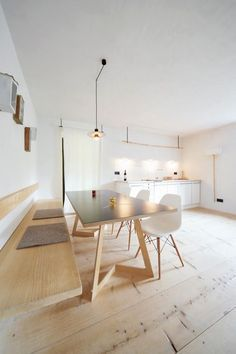 Take a look at this unique dining room with a minimalist design and get inspired | www.delightfull.eu #uniquelamps #lightingdesign #minimalistdesign #diningroomchandelier #diningroomlighting #midcenturylighting