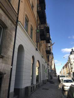 Für unseren Städtetrip nach Stockholm wählten wir das Ibis Style Hotel im Stadtteil Odenplan. Es liegt direkt neben der U-Bahn Station Odenplan und von der Altstadt ca. 35-45 Minuten zu Fuß entfernt. Die Einkaufsstraße der Stadt liegt nur 10 Minuten entfernt. Es ist somit perfekt gelegen, um die Stadt zu Fuß oder mit der U-Bahn zu erkunden.    Die Rezeption ist sehr klein gehalten, man wird direkt bedient und der Service ist sehr gut und das Personal freundlich.    Wir hatten ein…