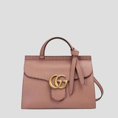28fe12277a Voir les Sac à main GG Marmont en cuir Gucci. Ce petit sac à main en cuir  structuré s'habille de ravissantes surpiqûres. Il est réalisé dans notre  cuir ...