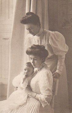 Königin Victoria von Schweden mit Kronprinzessin Margarete und Enkel | Flickr - Photo Sharing!