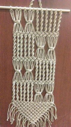 Esta es un hermosa macrame del colgante de pared en cualquier habitación que Las medidas son 11 de ancho x 36 de largo La barra de madera que cuelga es de 16 pulgadas a través.