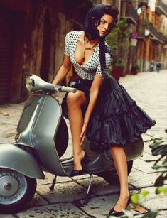 Vintage pin-up fashion photo with scooter. Scooters Vespa, Motos Vespa, Motor Scooters, Gas Scooter, Scooter Girl, Vespa Girl, Vintage Vespa, Pin Up, Motard Sexy