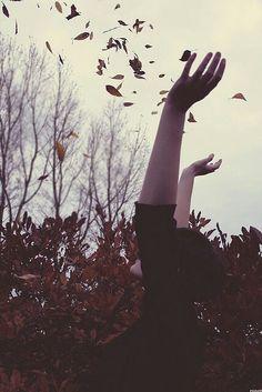 """siiraze: """" Kadınlar sonbahar yapraklarını dökmeye başlar Titrek dudaklarında sarışın bir keder… Attila İlhan """""""