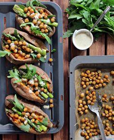 """""""Auf die Stange, fertig – los!"""", heißt es bei uns im Mai, denn die Spargel-Saison wollen wir dieses Jahr so richtig nutzen. Ob als Hauptakteur im Salat, als leckere Füllung oder als Beilage zu Pasta – Spargel ist super vielseitig! Wie wäre es zum Beispiel mit gefüllten Süßkartoffeln mit Spargel? Neben grünem Spargel gesellen sich […]"""