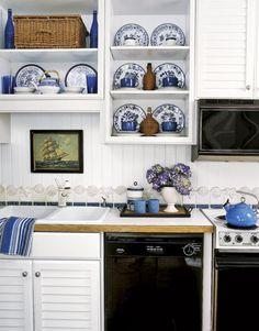 Country kitchen with blue/white kitchen Stylish Kitchen, New Kitchen, Kitchen Decor, Kitchen Ideas, Kitchen Lamps, Space Kitchen, Kitchen Country, Summer Kitchen, Kitchen Modern