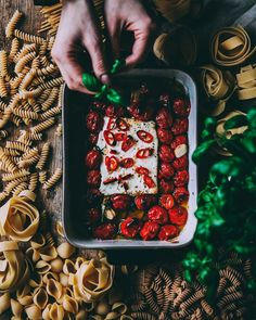 Pasta Feta, receta de Jenni Häyrinen (@liemessa) One Pan Meals, Meals For One, Penne, Baked Feta Recipe, Pasta Recipes, Snack Recipes, Pasta Al Dente, Feta Pasta, Food Artists