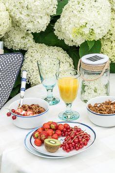 Frühstück im Garten vor einem Meer von Hortensien und das Rezept für knuspriges Granola Müsli.